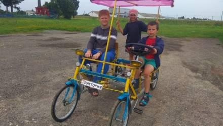 По посёлку под Гомелем ездит чудо-велосипед
