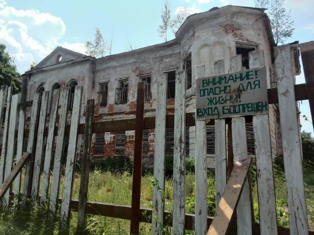Крыша прохудилась, стены рушатся. Белорусы требуют спасти от исчезновения дворец Горватов в Наровле