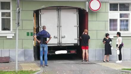Фотофакт. В Гомеле грузовик не смог протиснуться в арку дома — и застрял