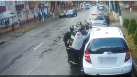 На Гомельщине 2-летняя девочка оказалась запертой в заведённом автомобиле. Спасатели отреагировали мгновенно