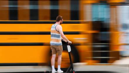На велодорожке «встретились» электросамокат и ребёнок: у девочки перелом, самокатчик вину не признаёт