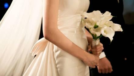 невеста обслужила гостей молодой парень