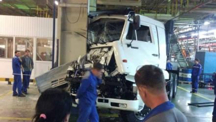 Только съехавший с конвейера КАМАЗ разбили прямо в цеху