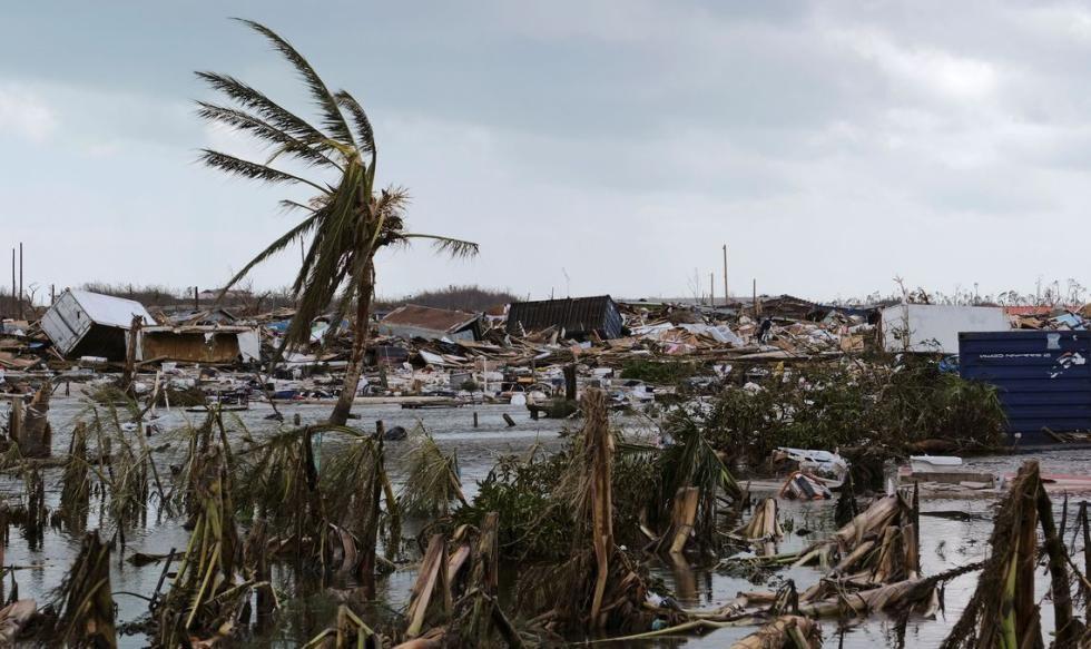 Отец с сыном спасались от акулы на крыше дома, но ураган унёс мальчика в воду