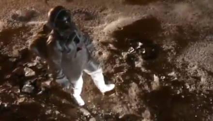 Индийский художник снял видео «высадки на Луну» на разбитой дороге. Так он привлекает внимание властей к дорожным ямам