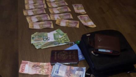 В Калинковичах мужчина украл рюкзак, где хранилось свыше $21 000: кутил, давал в долг и дарил девушкам цветы