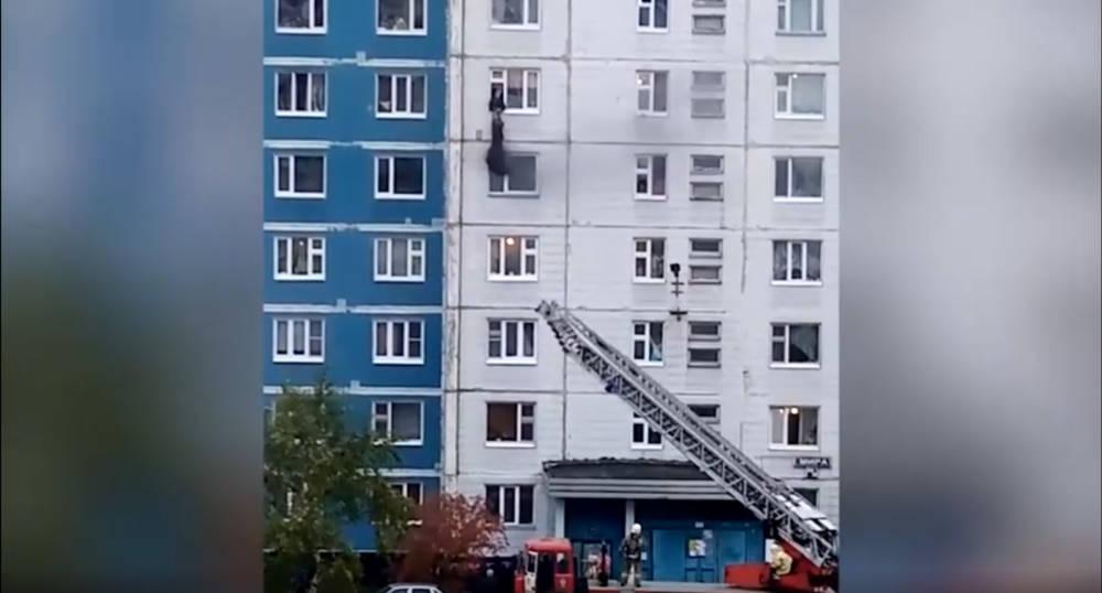 """""""Красавчик, вообще молодец!"""" Мужчина вытащил девушку из окна горящей квартиры – видео"""