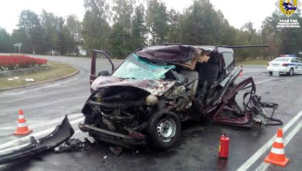 Под Светлогорском Mercedes превратился в груду метала после столкновения с фурой