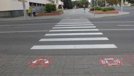 «Сними наушники» и «убери телефон». В Гомеле появились пиктограммы для пешеходов возле переходов через дорогу