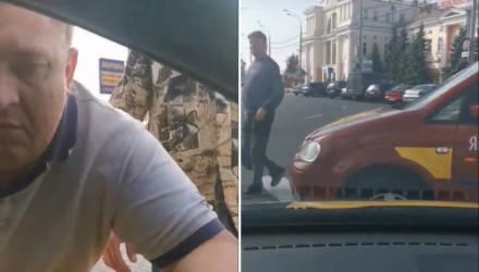 Войны за место, как в 90-х. В Гомеле автомобиль такси заблокировали другие таксисты, а пассажира заставили выйти (видео)