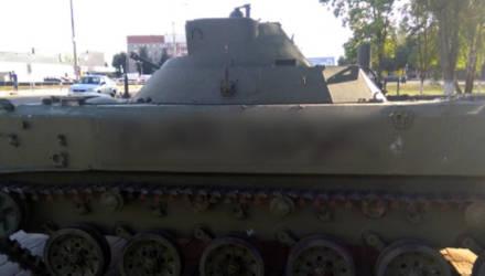 В Буда-Кошелёво 9-летний мальчик написал ругательства на боевой машине десанта