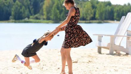 Солнце, страусы и катамараны. На Чернецком озере бизнесмен устроил детям прощание с летом