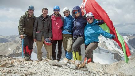 Горные туристы из Гомеля подняли белорусский флаг на высоте в пять тысяч метров
