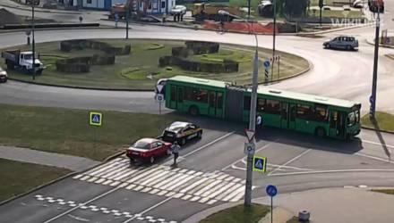 Ехавший посреди улицы велосипедист-белорус врезался в автобус в областном центре – видео