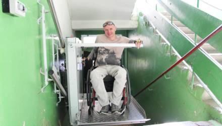 «Теперь я свободный человек». В Гомеле в подъезде, где живёт колясочник, установили подъёмник