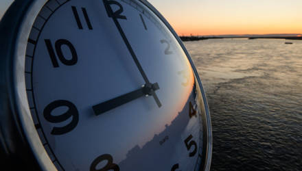 С Литвой разница в час, с Польшей – в два: Европа переходит на зимнее время
