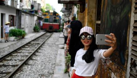 Жизнь на рельсах: как поезд протискивается между домов и толп туристов