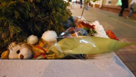 Фотофакт: гомельчане несут цветы к месту гибели учительницы