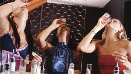 Шестая рюмка для мужчин и четвертая для женщин — уже опасно. Специалисты о том, сколько пить