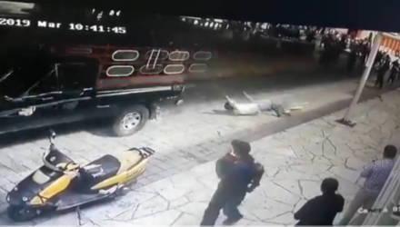 Народный гнев из-за плохих дорог: мэра привязали к пикапу и протащили по городу