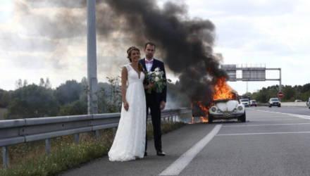 Молодожёны сфотографировались возле горящей машины и стали героями фотожаб