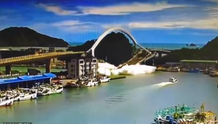 Камера сняла страшный момент, как мост на Тайване обрушился под бензовозом
