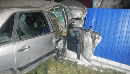Фотофакт: в Ельске Audi протаранила забор - водителя извлекали спасатели