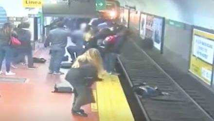 Камера сняла, как пассажирка метро упала на пути прямо перед прибывающим поездом