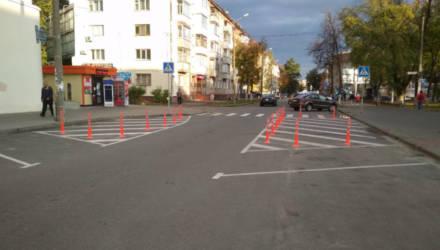 Для безопасности пешеходов возле Центрального рынка в Гомеле установлены антипарковочные столбики