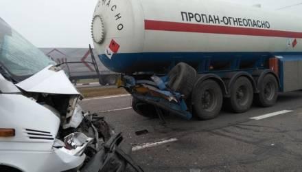 На гомельской трассе маршрутка врезалась в автопоезд, пострадали 8 человек