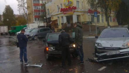 """ДТП в Гомеле: напротив магазина """"Два гуся"""" столкнулись Renault и Mercedes, а на пр. Космонавтов фура придавила легковушку"""