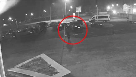 В Гомеле мужчина порезал колесо милицейского авто, попал на видео и не стал отрицать