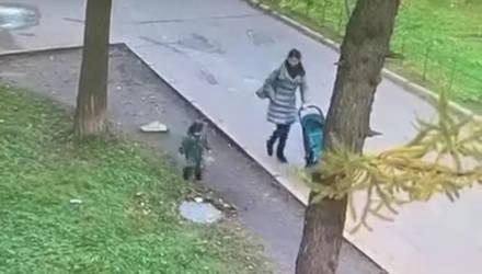 Камера наблюдения сняла, как ребёнок, бегая около мамы, провалился под люк