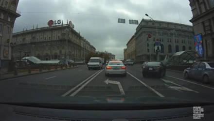 Видеофакт. В Минске водитель Honda жёстко подрезал автомобиль областной ГАИ
