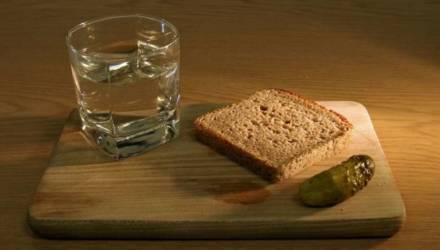 Изобрёл Менделеев, а закусывать надо огурцами. Разоблачаем мифы о русской водке