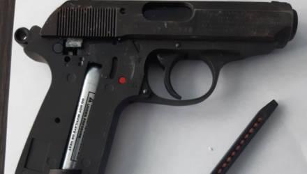 Зоркая мозырянка разглядела через окно пистолет в багажнике BMW и вызвала милицию