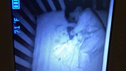 Мать увидела призрачное лицо в кроватке сына, но долго смеялась, поняв, что это