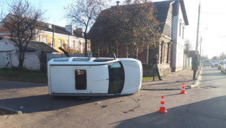"""Пьяные кульбиты. В Гомеле нетрезвый бесправник ударил свой Renault о другое """"Рено"""", завалил на бок авто и убежал"""