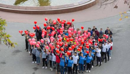 Около 300 подростков необычно поздравили матерей