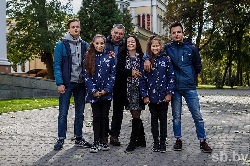 С двумя парами двойняшек Гомельскую область на республиканском конкурсе «Семья года» представят супруги Никитины