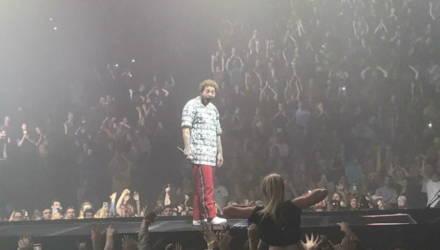 Мем: девушка показывает грудь рэперу Post Malone на концерте