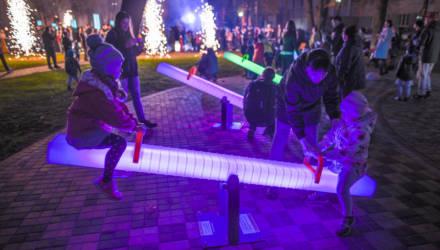 Бесплатный Wi-Fi и скамейки на солнечных батареях: в Гомеле по проекту студентов построили технологичный сквер