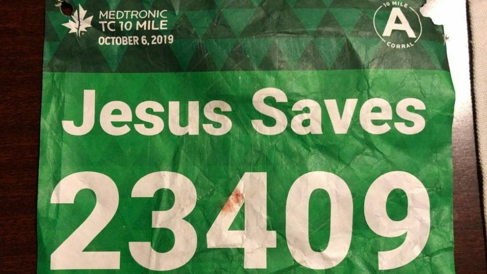 У участника марафона с манишкой «Иисус спасает» случился сердечный приступ. Его спас другой бегун по имени Иисус