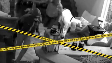 На камеру попал находчивый хозяин, который за секунду выгнал грабителей из дома