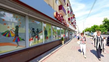 Знают ли в беларуских регионах, зачем нужны витрины? Прошлись по Гомелю со специалистом по витринистике