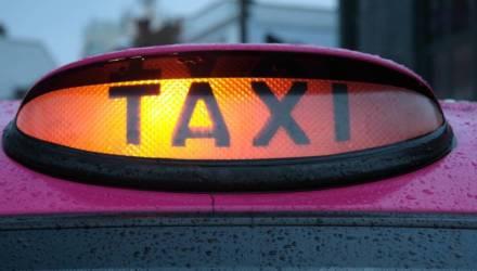Гомельчанин вызвал такси, схватил женщину-водителя за шею и ударил кулаком в лицо