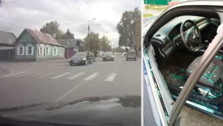 В Гомеле из-за конфликта на дороге водитель кулаком разбил стекло автомобиля оппонента