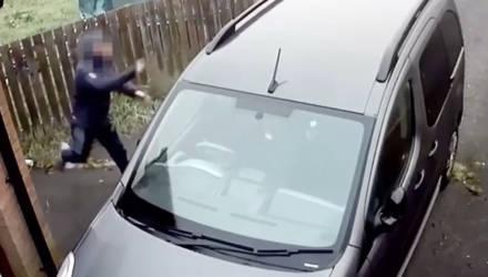 Камера сняла, как угонщика настигла моментальная карма в виде кирпича