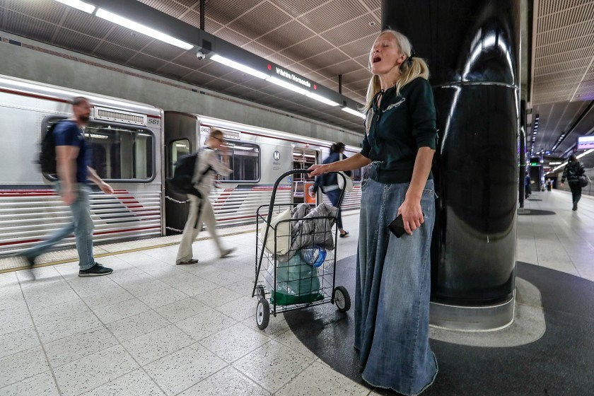 Бездомная из России спела в американском метро, и устоять не смог никто — видео