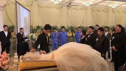 Парень устроил свадьбу на похоронах, чтобы исполнить мечту умершей возлюбленной